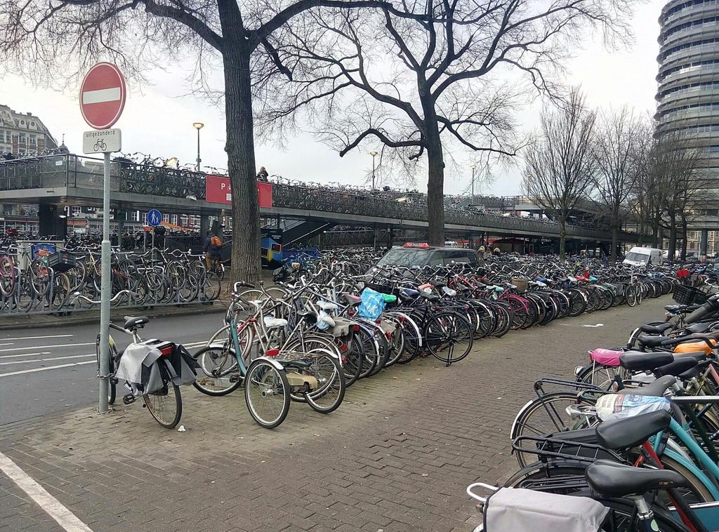 Парковка для велосипедов напротив центрального ж/д вокзала