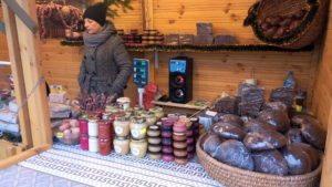 Прилавок со всевозможными видами мёда и легендарной краковской колбасой