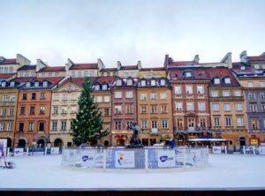 На рыночной площади, в историческом центре города, залили каток вокруг статуи сирены - главного символа Варшавы
