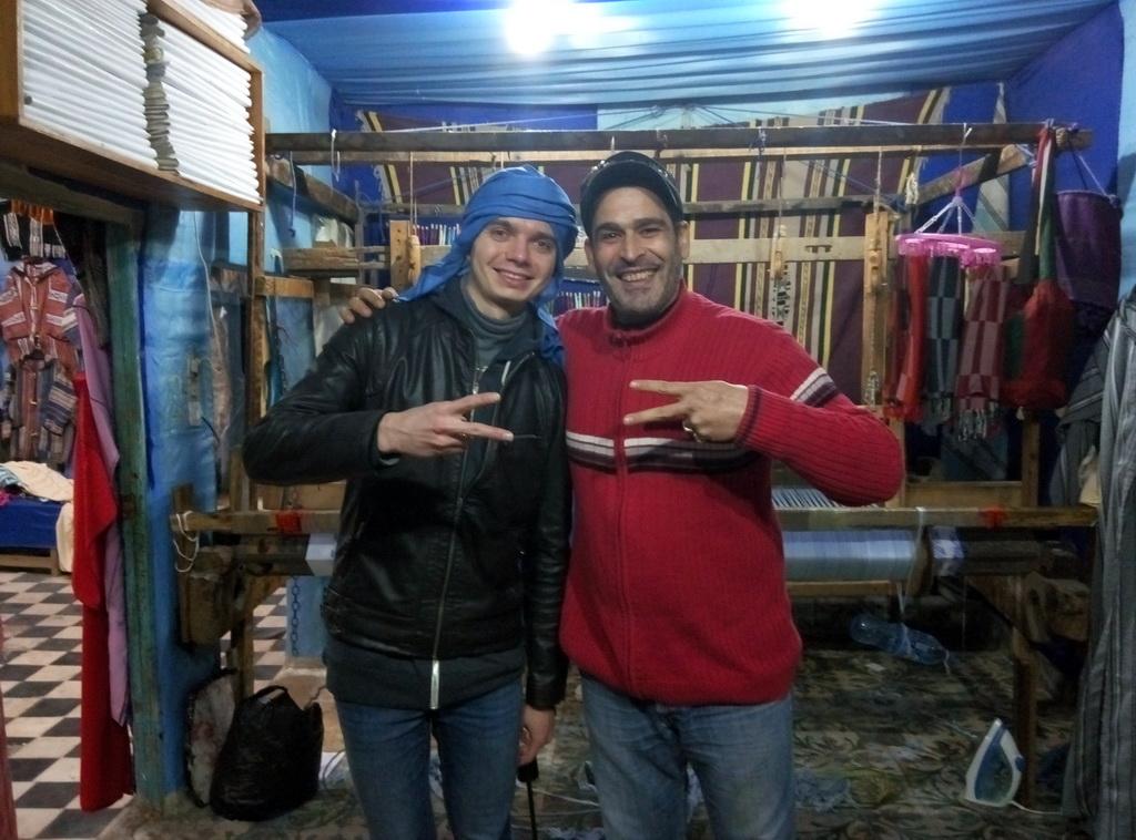 Андрей и владелец магазинчика с платками из волокон кактуса. Их производство располагается здесь же - прямо за их спиной.