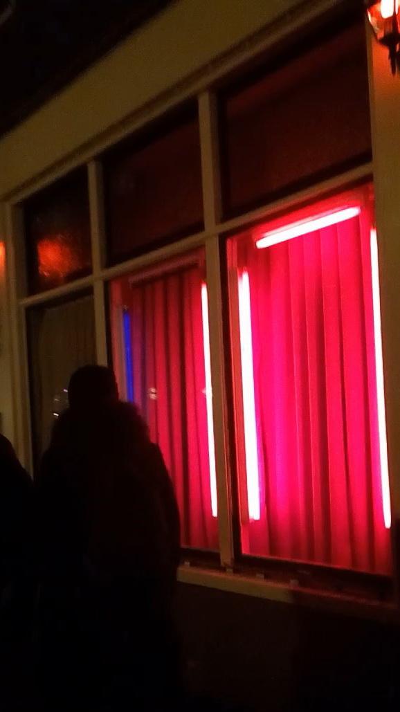 Шторки на окнах и включенная подсветка означают, что проститутка занята другим клиентом