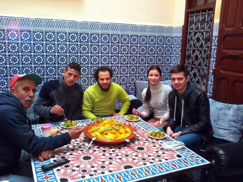 Традиционная марокканская семья, ужин с кускусом, Фес