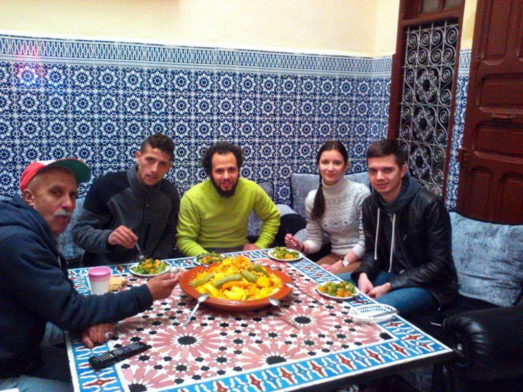 Имад и его семья. На столе традиционное марокканское блюдо - кускус. Фото: социальные сети.
