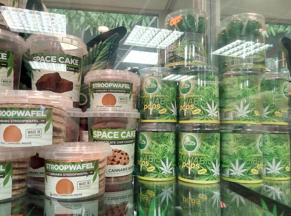Кексики и чупа-чупсы с марихуаной продаются в центре на каждом углу. Тут самое место написать, что минздрав, как говорится, предупреждает :-)