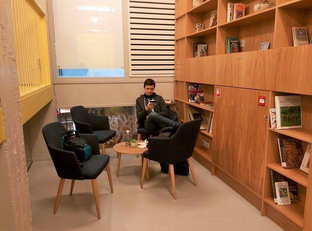 Библиотека в холле в хостеле Клинк в Амстердаме
