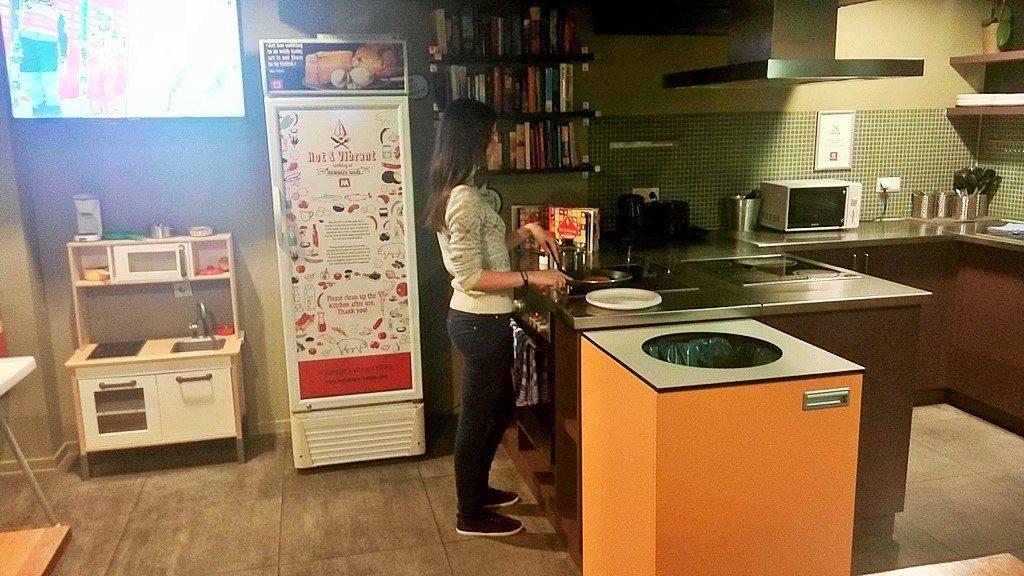 Просторная кухня в отеле Meininger в Амстердаме