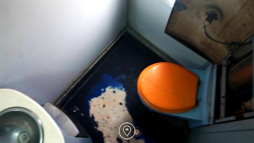 Туалет в поезде в Марокко