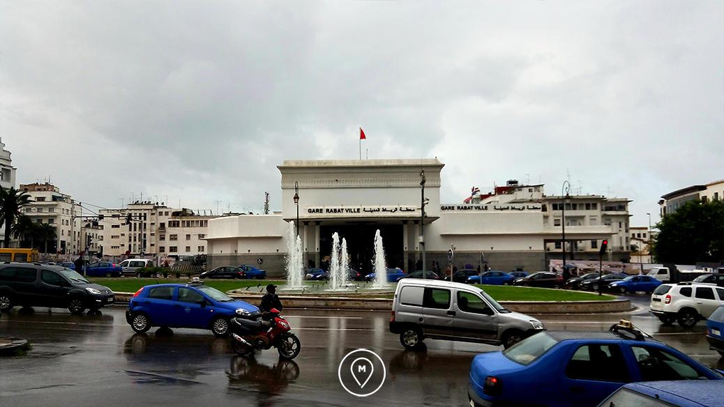 На центральной площади у вокзала можно увидеть много машин petit-taxi