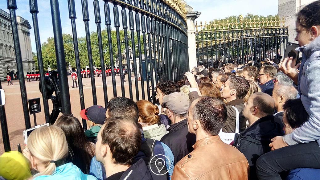 Толпа туристов на смене караула у Букингемского дворца в Лондоне