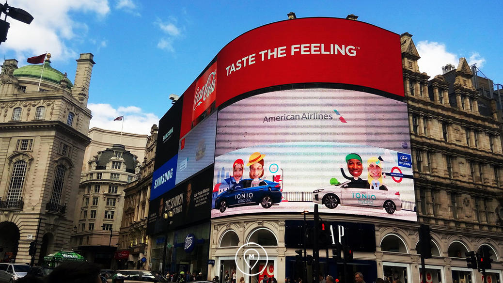 Рекламные экраны на Пикадилли в Лондоне
