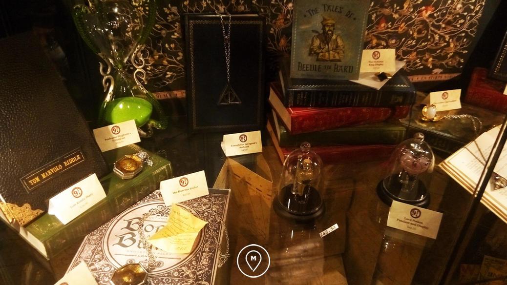 Сувениры в магазине Гарри Поттера на вокзале Кингс-Кросс в Лондоне