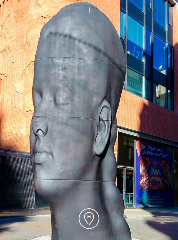 "Скульптура ""Кармела"" в Барселоне"