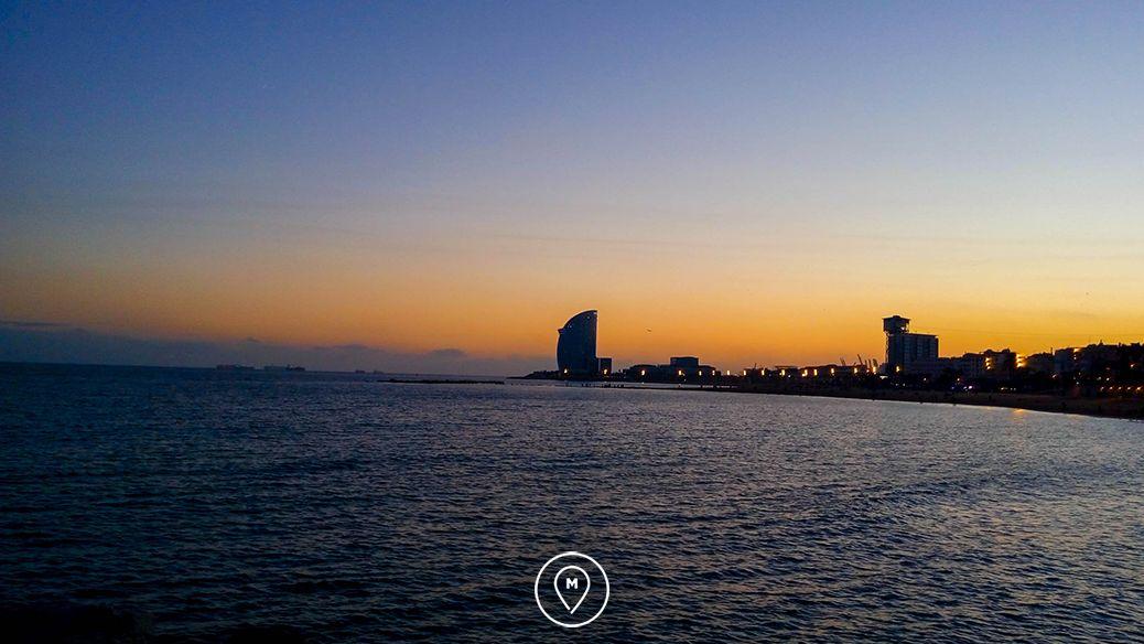 Закат на побережье в Барселоне