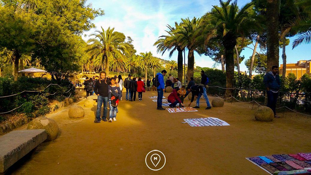 Туристы в парке Гуэля