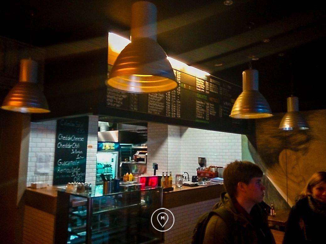 Маленькая закусочная в Берлине, где продают недорогие бургеры и донер-кебаб