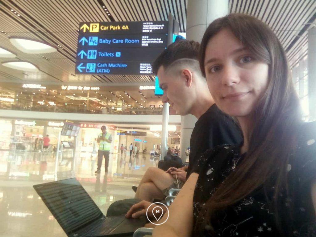 Работаем удаленно в ожидании рейса в аэропорту Чанги в Сингапуре